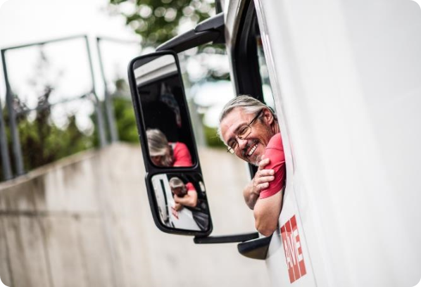 řidič kouká z nákladního vozu